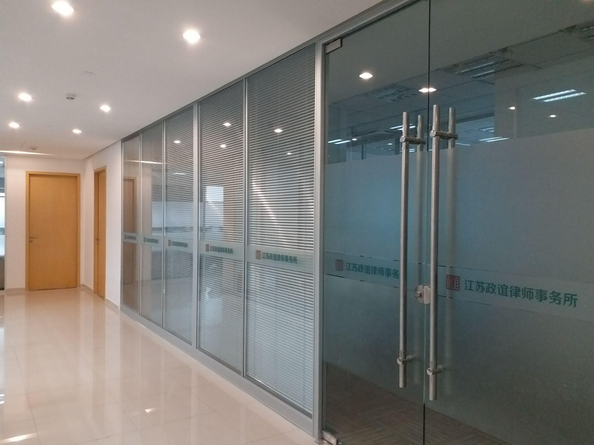侧边单玻隔断墙办公室玻璃隔断玻璃百叶隔断墙欧心高隔图片