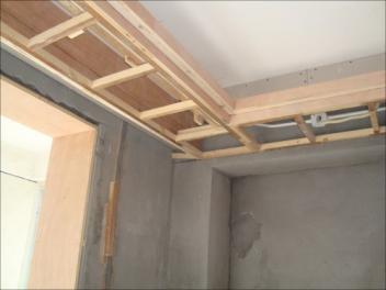 装修中吊顶选择轻钢龙骨还是木龙骨比较好
