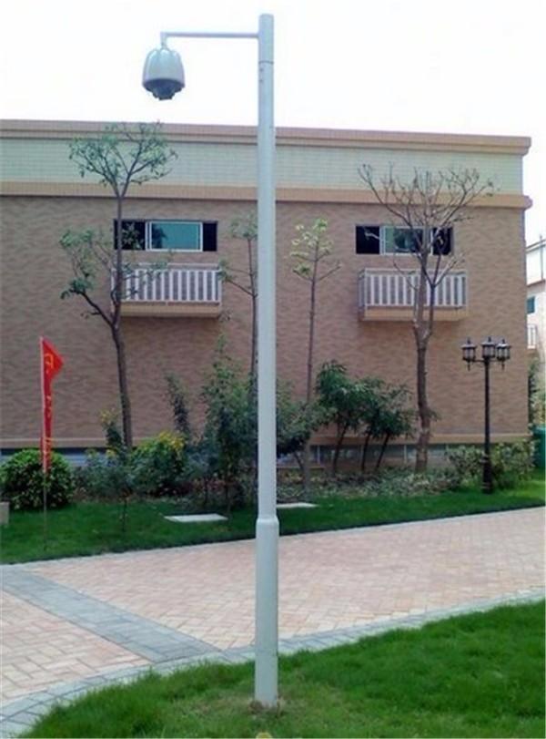 城市小区安防监控,是城市监控的重点,每个小区都有着自己的监控系统,这是保障小区居民生命、财产安全的重要工程,那么小区监控工程用到的监控立杆,3.5米的高度是否适合呢? 小区的监控立杆高度,一般比人高,伸手要钩不着,所以监控立杆的高度一般都在2.5米以上;由于小区绿化要求高,道路两旁都是树木,监控立杆的高度不能超过树木的高度,否则会影响到监控立杆上摄像机的监控视野,所以要求监控立杆的高度都低于一层楼的高度,也就是在4米以内! 基于以上因素,3米、3.