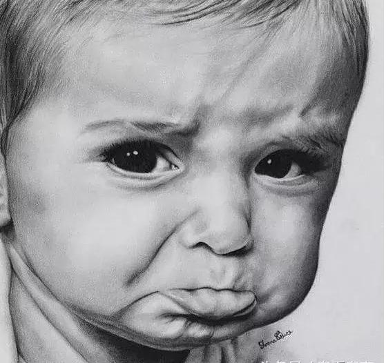在画素描的时候 许多人常把小孩的脸蛋 画成中年或者老人 为什么呢? 因为,没有抓住小孩的脸部特征 素描头像,素描教程,素描培训,上海素描培训班  小孩的脸比较圆,婴儿肥小脸蛋 五官比例跟常人一样 也是分为三庭五眼 眼睛大、圆、明亮 鼻子较短、鼻梁有点塌陷 所以在定比例的时候 不要把鼻子画长了    其次,小孩脸部结构不会跟大人一样 那么明显 不能画太多结构关系 用线条表现出脸部肉肉的质感来 塑造五官的时候 眼睛是整张脸蛋的重点 抓住特征,才能把儿童素描画得更好    一般会画素描的人 画速写都不差 画速写
