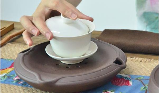 常用的都是比较简洁省事的泡茶步骤,不需要那么繁琐,其主步骤分为:烫